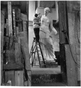 Ad Windig Van Hall werkend aan het gipsmodel voor het beeld van de Rijksverzekeringsbank 1941-1942 Maria Austria Instituut Amsterdam. © Museum Beelden aan Zee