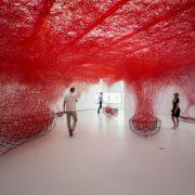 Chiharu Shiota, Uncertain Journey, 2017, metalen boten en rode draden (wol), Het Noordbrabants Museum. Foto: Joep Jacobs. © Chiharu Shiota, c/o Pictoright Amsterdam, 2017