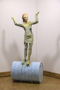 Folkert de Jong, Les Saltimbanques: Balancing Act, Laura, 2007, THE EKARD COLLECTION. Foto: Peter Cox