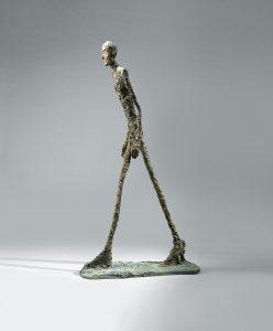 Alberto Giacometti, Homme qui marche I, 1960, brons, 183 x 26 x 95,5 cm, Collectie Fondation Marguerite et Aimé Maeght, Saint-Paul-de-Vence, Frankrijk foto: Claude Germain – Archives Fondation Maeght