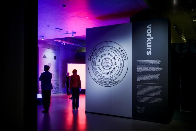 Bezoekers bij de Vorkurs van Nederland-Bauhaus in Museum Boijmans Van Beuningen in Rotterdam. Februari 2019. Foto: Aad Hoogendoorn.